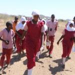 Les enfants et les jeunes des peuples pastoraux du comté d'Isiolo (Kenya) apprennent de leurs aînés à devenir les gardiens du patrimoine culturel et naturel.